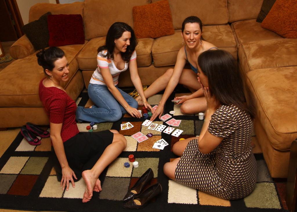 Смотреть как вся семья играет в карты на раздевание #13